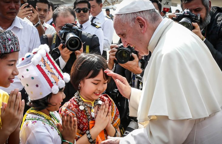Pope welcomed by children,  meets with generals in Myanmar