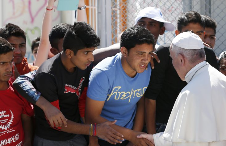 Pope encourages dialogue with government leaders to help migrants