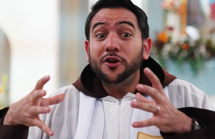Explaining Scripture, Venezuelan priest becomes social media sensation