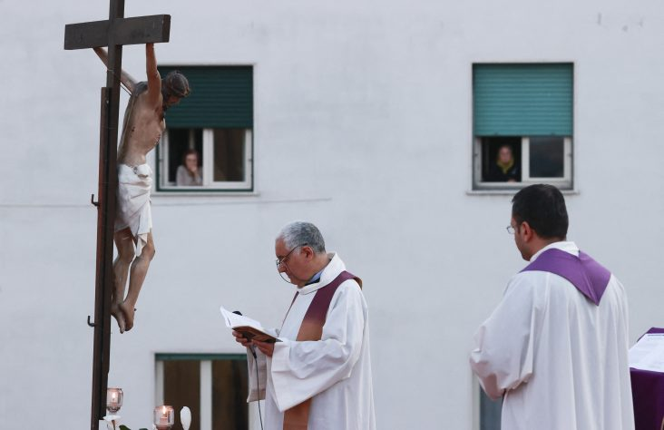 Pope: Personnel, priests caring for COVID-19 patients are heroes